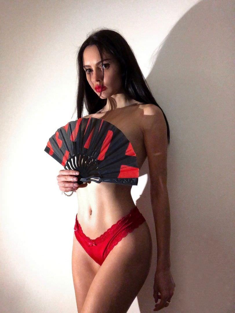 Полина Фаворская фото в красном бикини