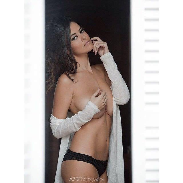 Ева Падлок фото у окна