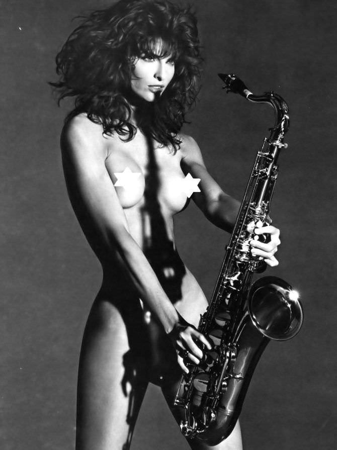 Джоан Северанс откровенное фото с саксофоном
