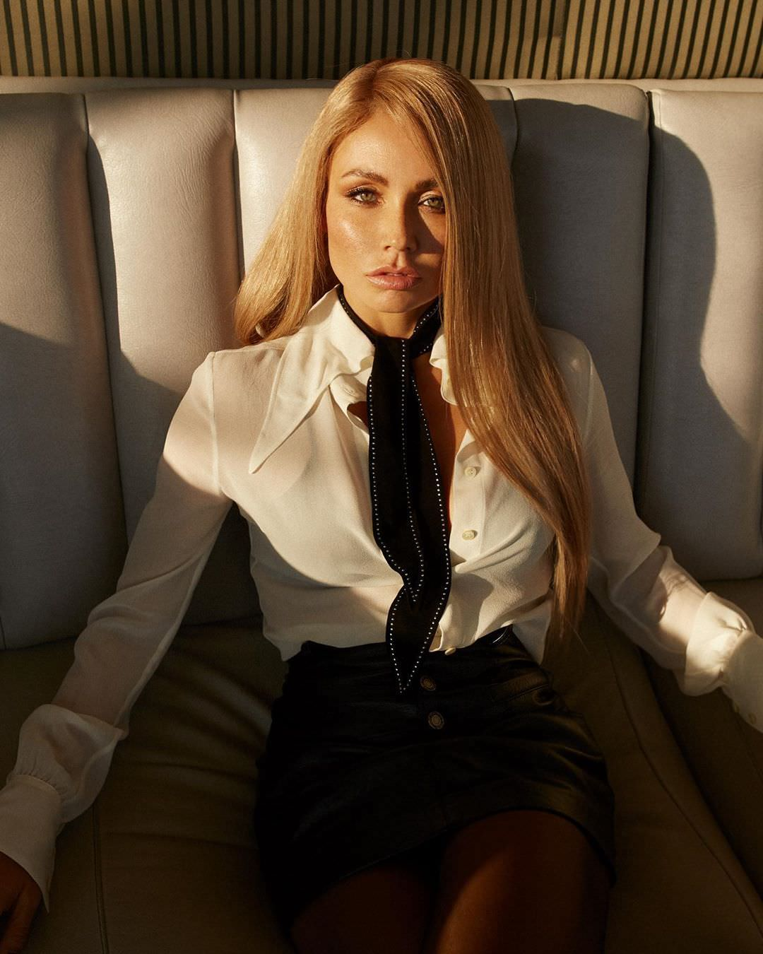 Ляйсан Утяшева фото на диване