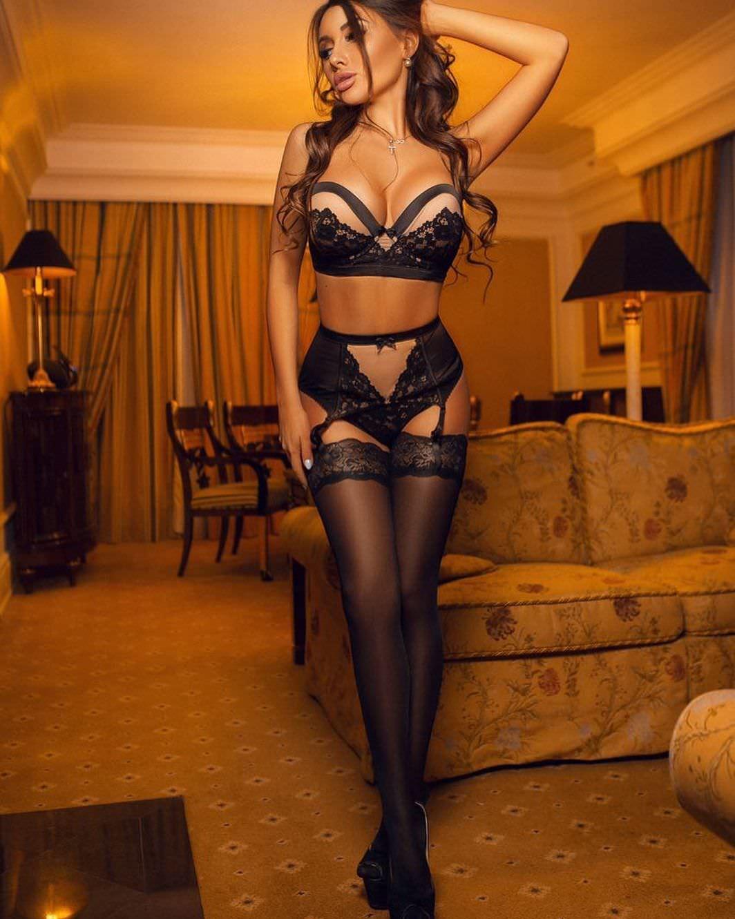 Кира Майер фото возле дивана