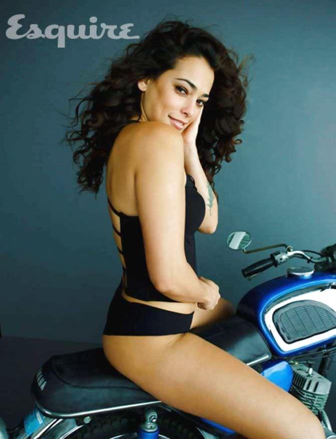 Натали Мартинес фотов белье на мотоцикле