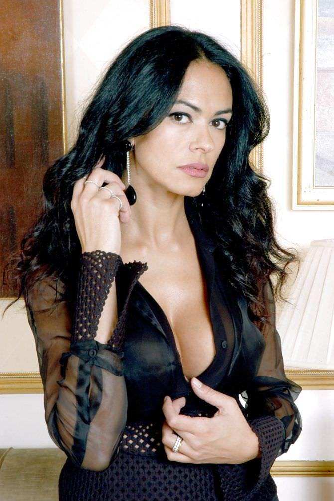 Мария Грация Кучинотта фотография в чёрной блузке
