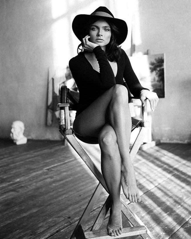Наталья Земцова фото в шляпе на стуле