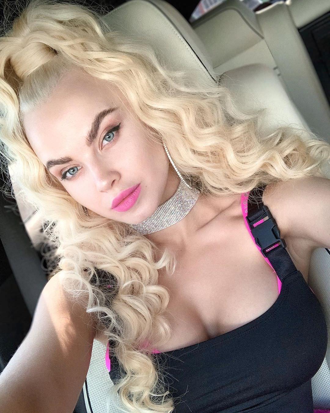 Дарья Шейко фото в машине