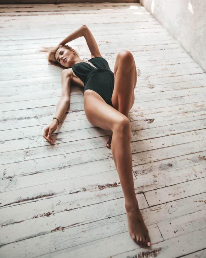 Ангелина Айсман фотосессия в чёрном купальнике