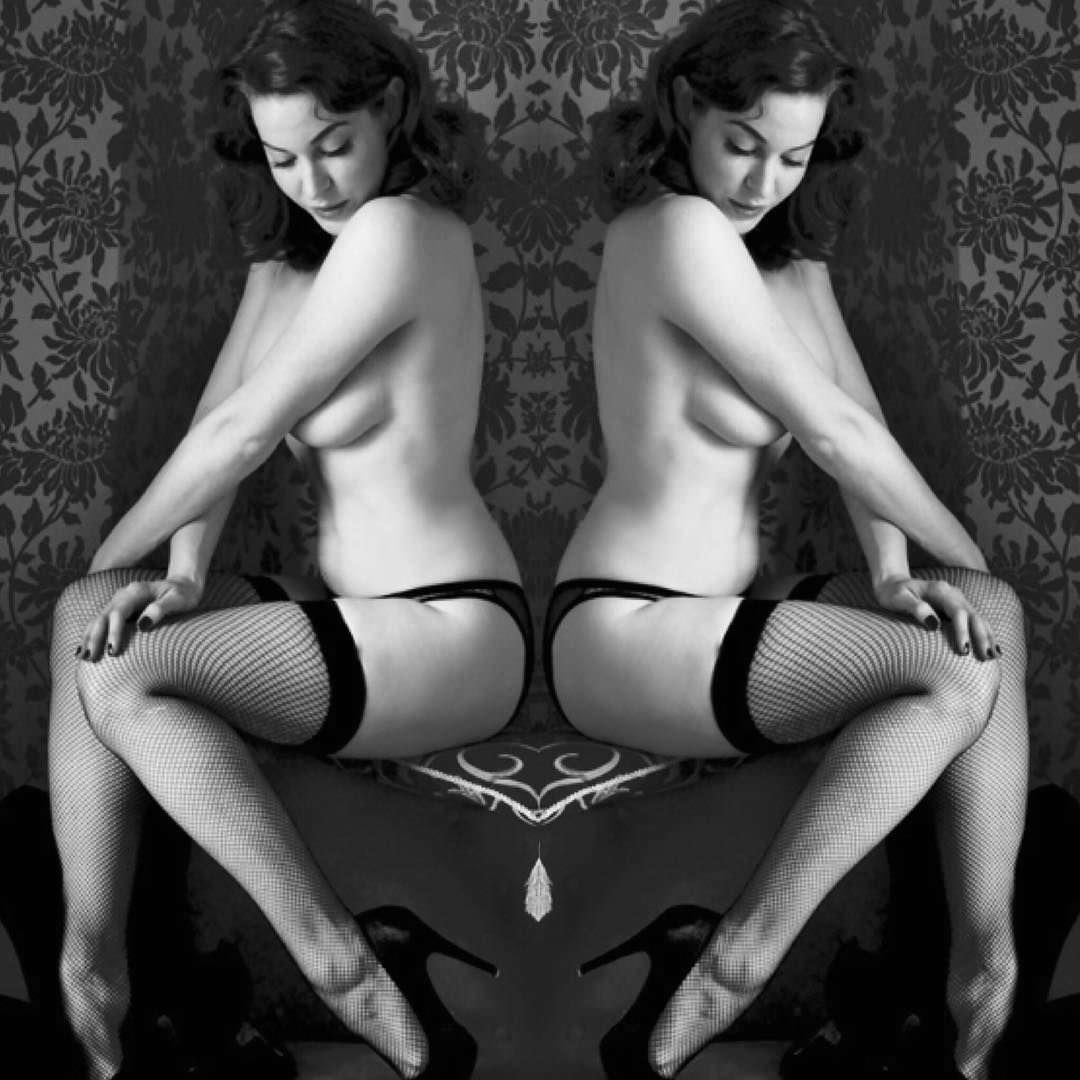 Эсме Бьянко фото на стуле
