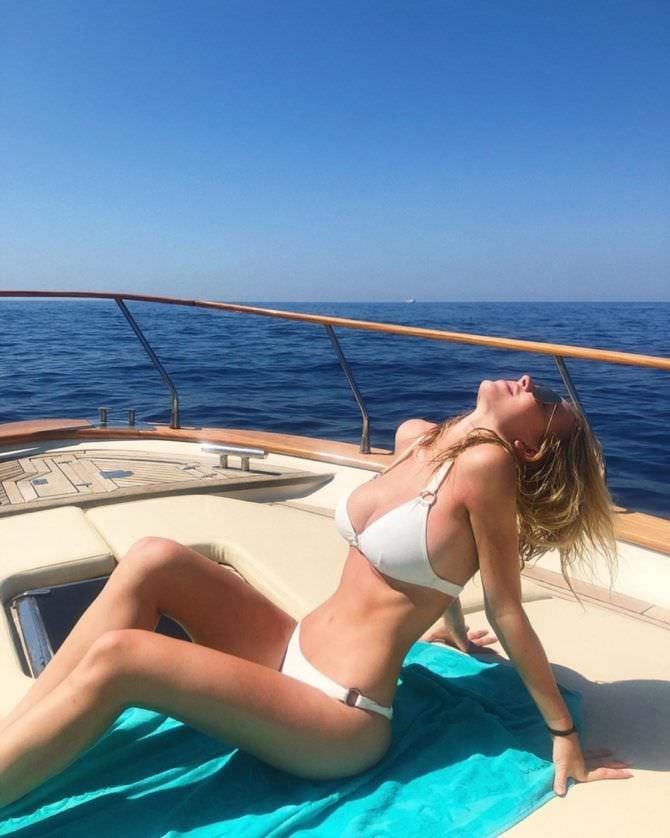 Сидни Свини фотография в белом бикини