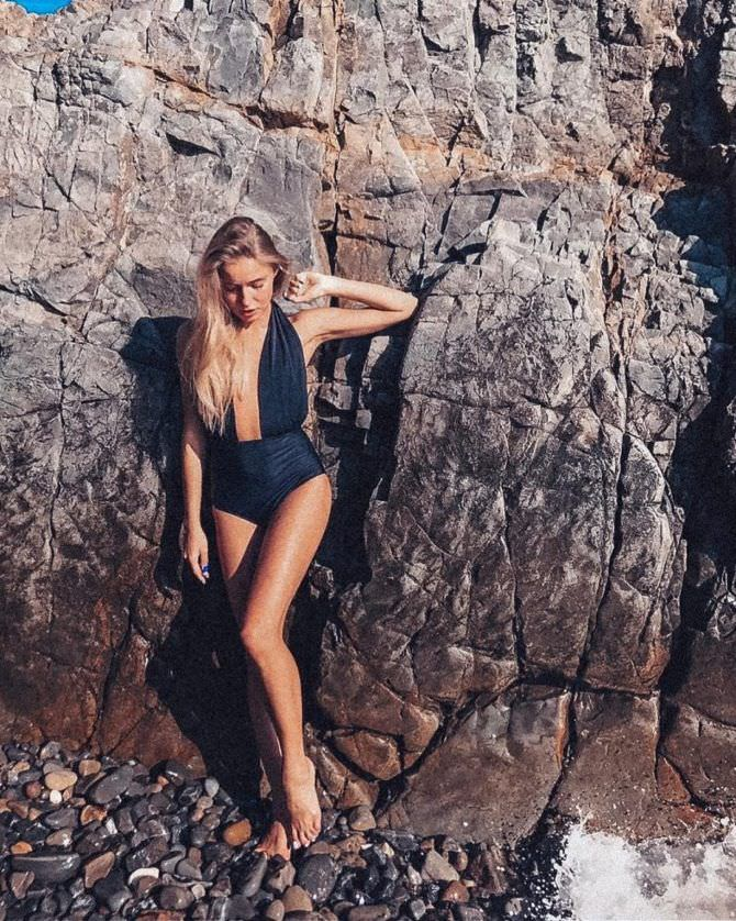 Арина Постникова фото в чёрном купальнике