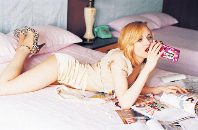 Эван Рэйчел Вуд фото на кровати с журналами