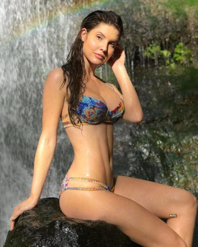 Аманда Черни фото на фоне водопада