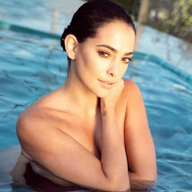 Натали Мартинес откровенная фотография в бассейне