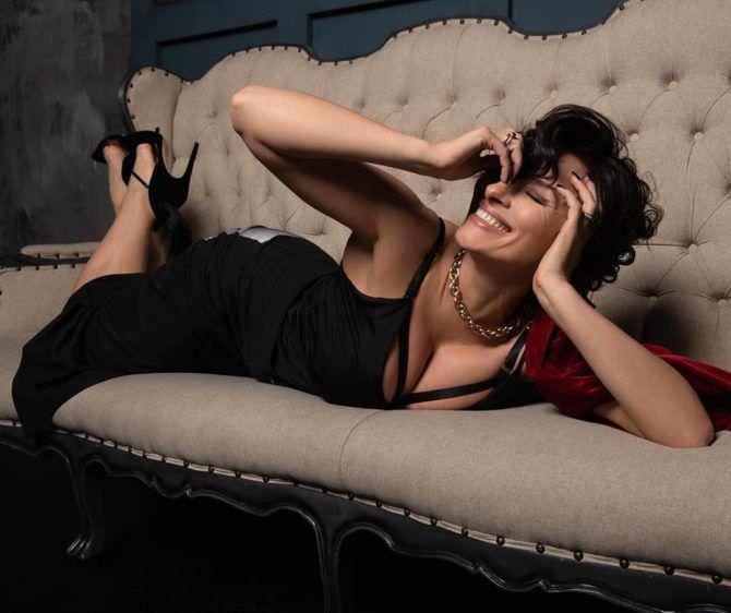 Надежда Грановская фото в платье на диване