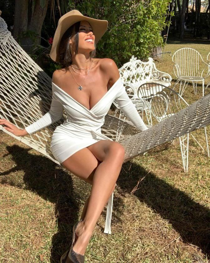Ева Падлок фото в белом платье