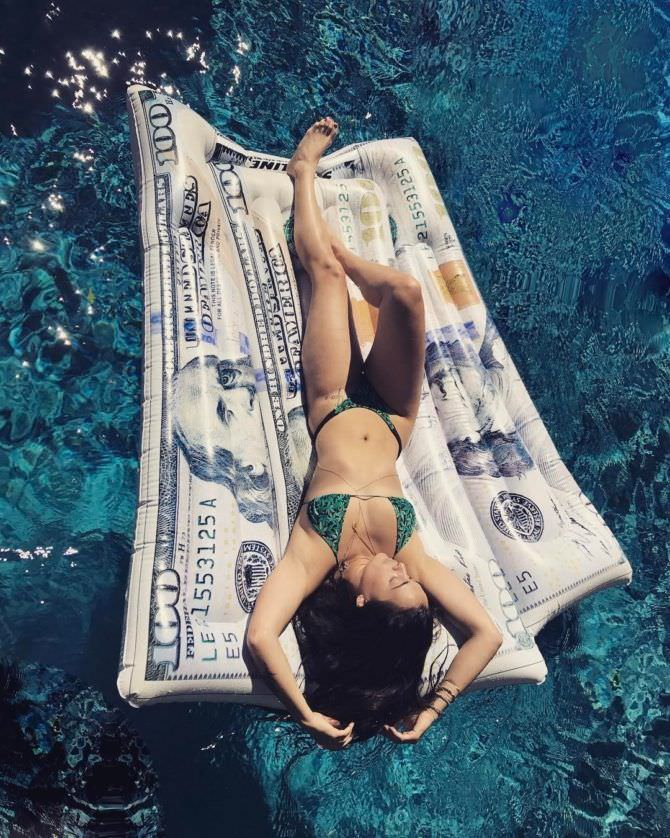 Натали Мартинес фото на надувном матрасе