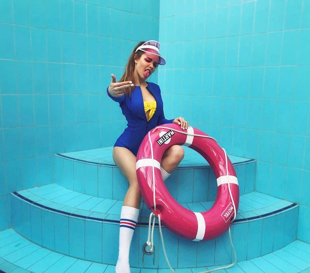 Мария Вэй в синем купальнике