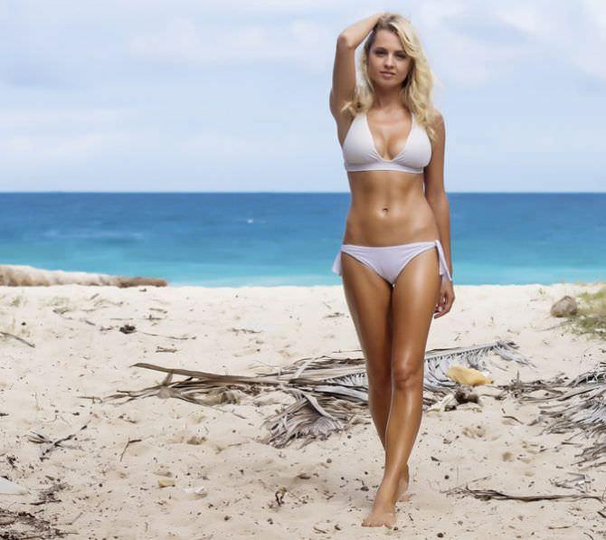 Янина Студилина фотография на пляже в купальнике