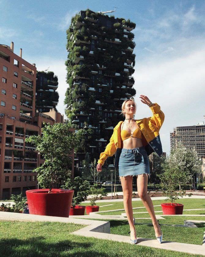 Клава Кока фото в жёлтой куртке