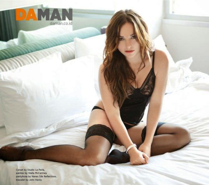 Бриана Эвиган фотография в чулках на кровати