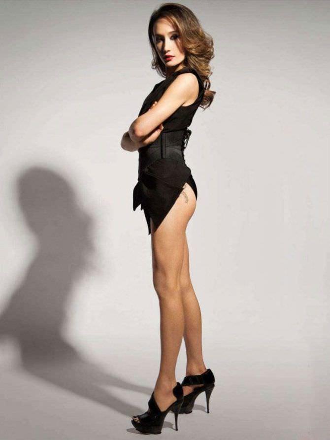 Мэгги Кью фото на каблуках