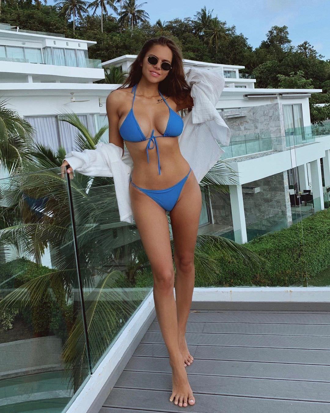 Виктория Одинцова фото в синем купальнике