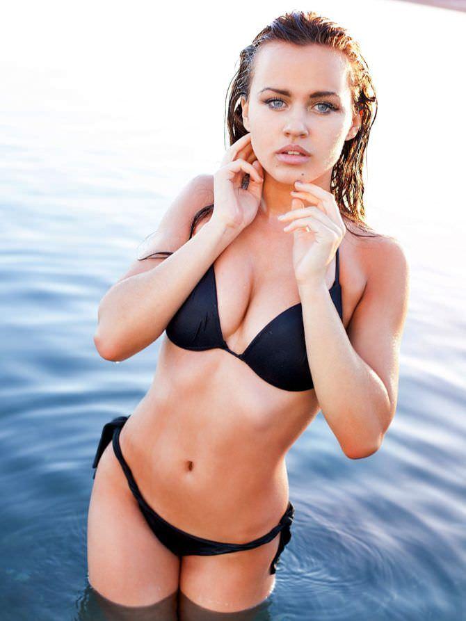 Рози Мак фотография в бикини в море