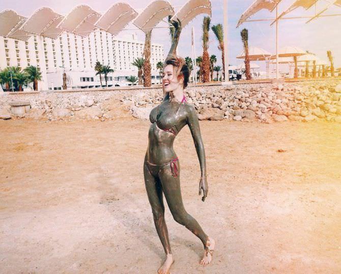 Клава Кока фотографиф на пляже из инстаграм