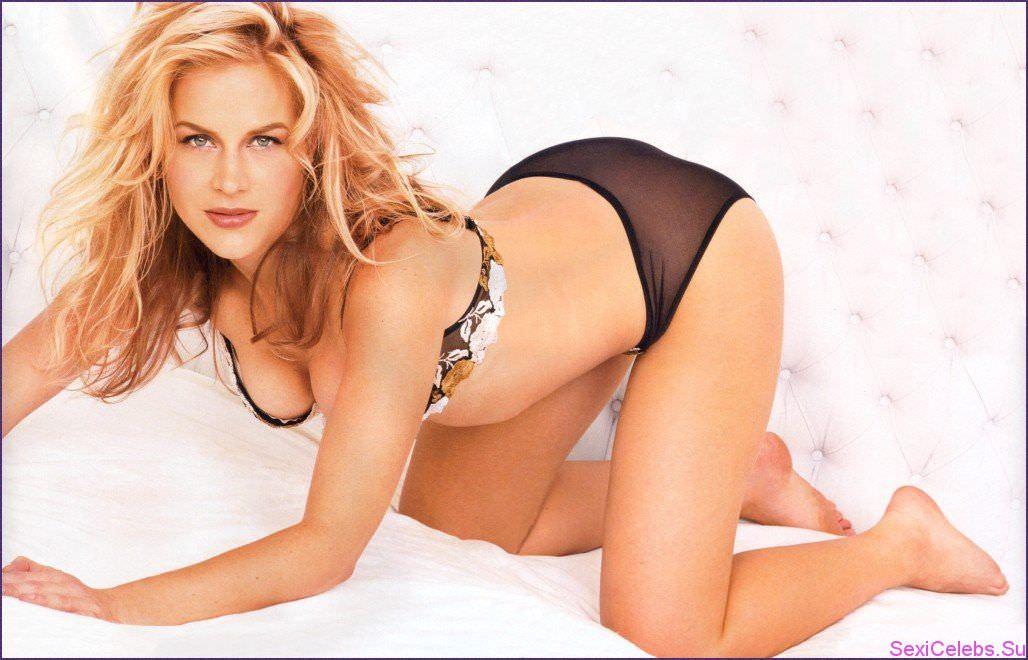 Джули Бенц фото на кровати
