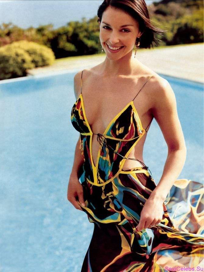 Эшли Джадд фото в платье с глубоким декольте