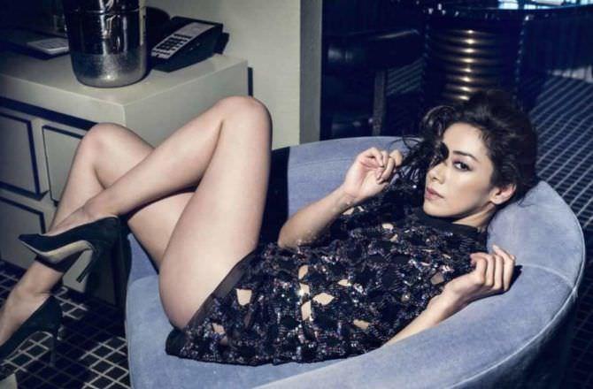 Айми Гарсиа фото на синем кресле
