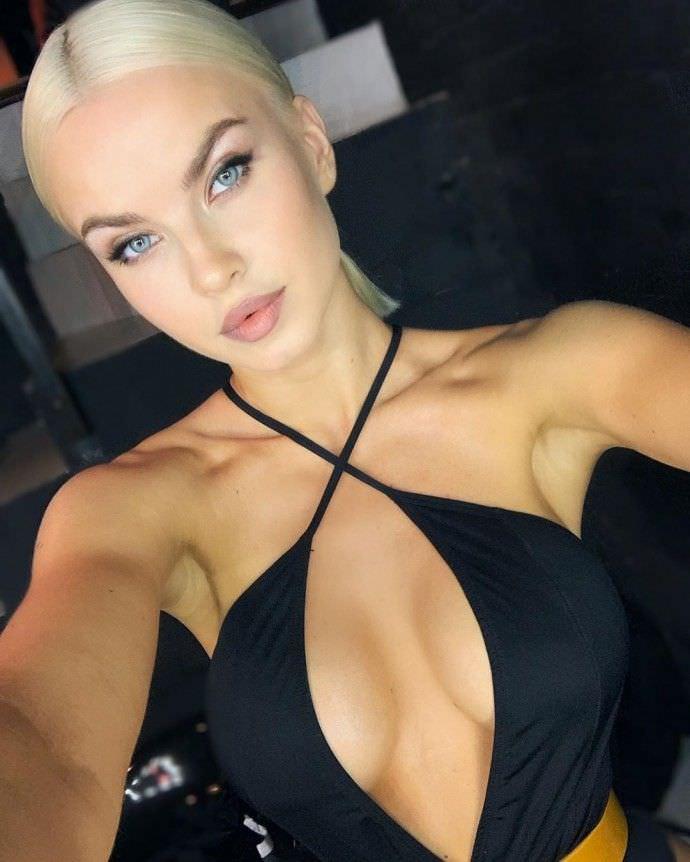 Дарья Шейко фото черной кофте