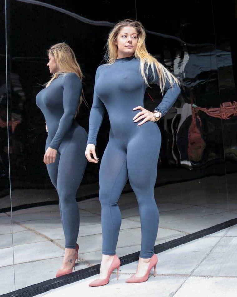 Миа Сэнд фото напротив зеркала