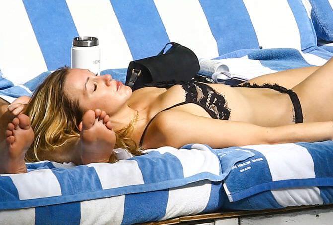 Кэтрин Кэссиди фото на лежаке