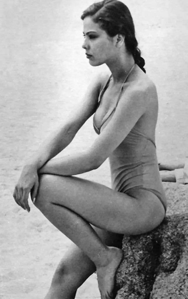 Орнелла Мути чёрно-белое фото на пляже