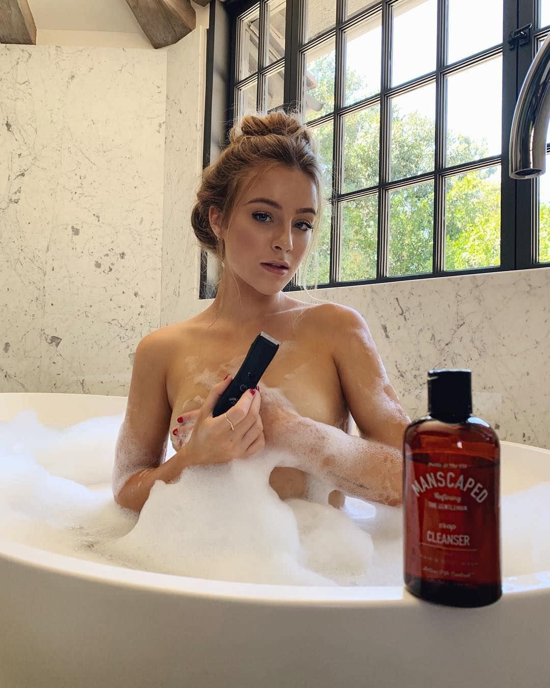 Дейзи Кич фото в ванной