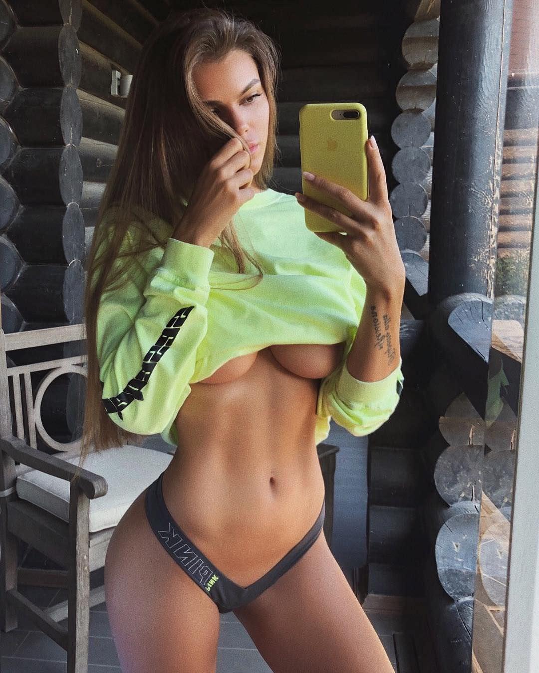 Виктория Одинцова фото в короткой кофте