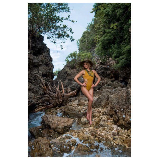 Шантель Вансантен фото в жёлтом купальнике