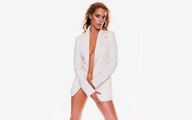 Элизабет Беркли фото в белом пиджаке