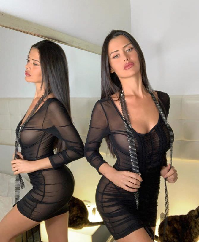 Ева Падлок фото возле зеркала