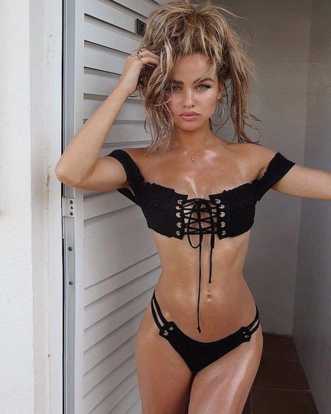Рози Мак фотография в бикини на шнуровке