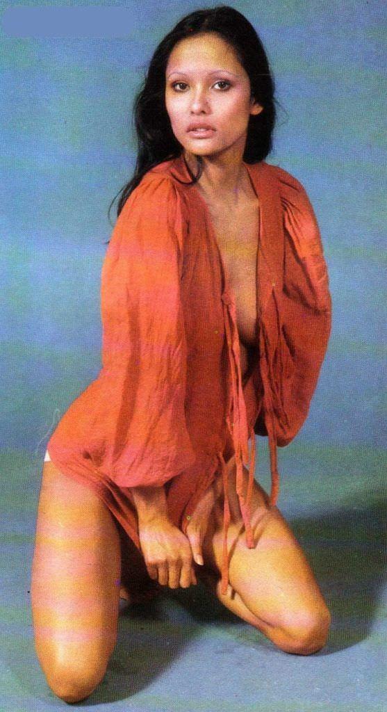 Лаура Гемсер фотография в красной булзке