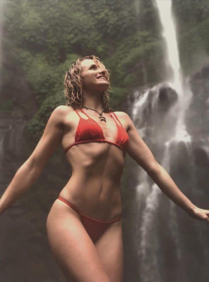 Шантель Вансантен фото в красном бикини