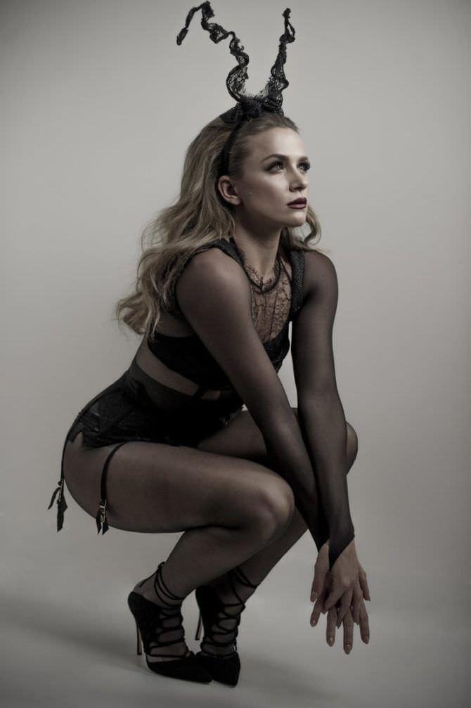 Шантель Вансантен фотография в нижнем белье с рогами