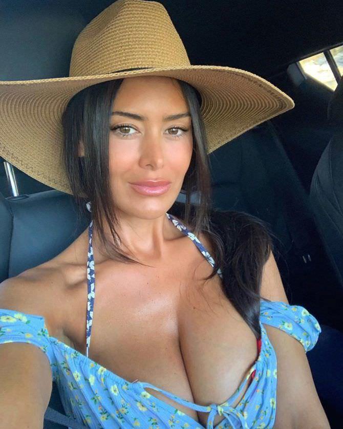 Ева Падлок фото в машине