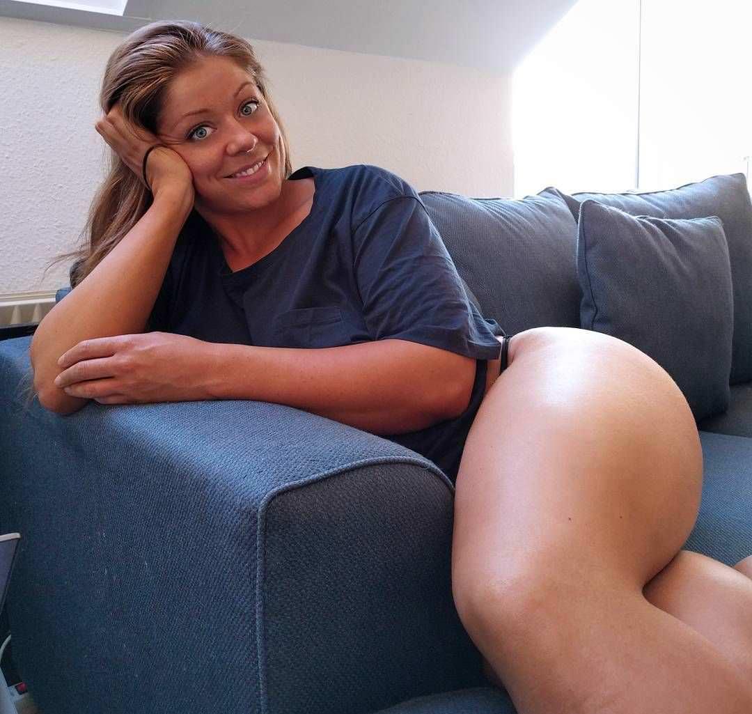 Миа Сэнд фото на диване