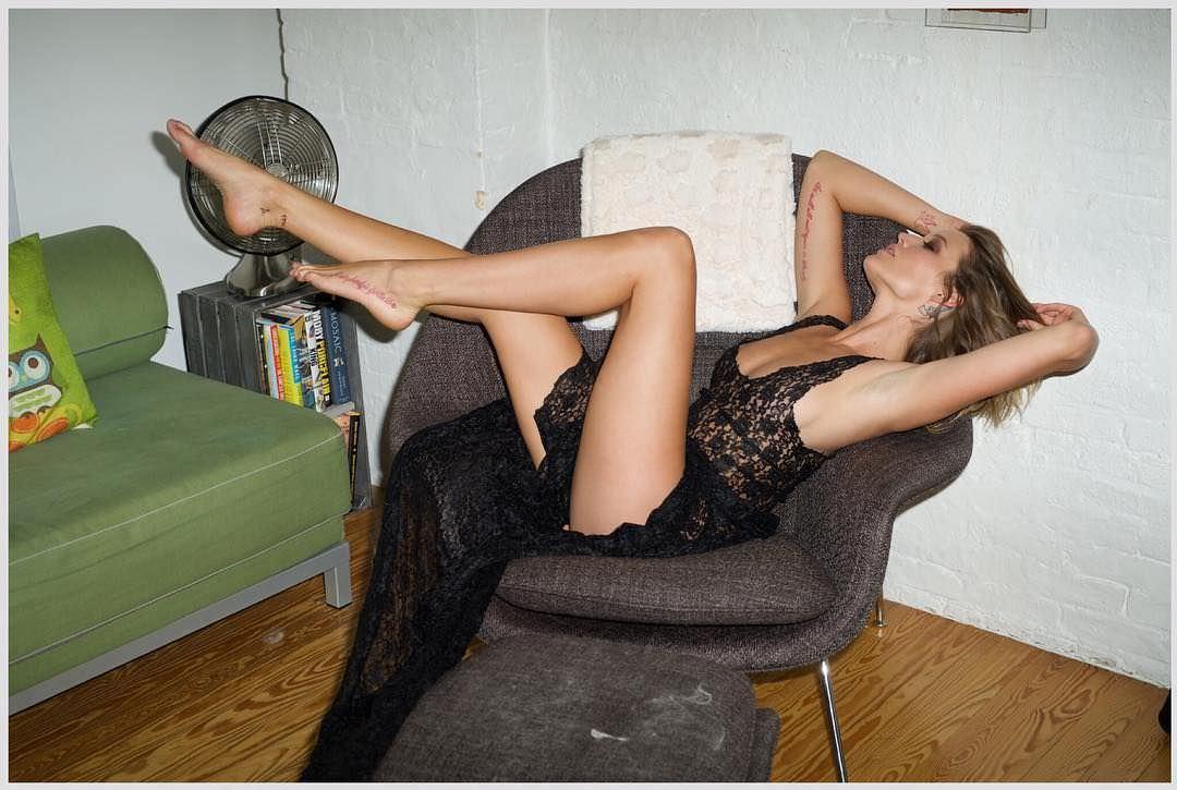 Сара Дюмон фото на кресле