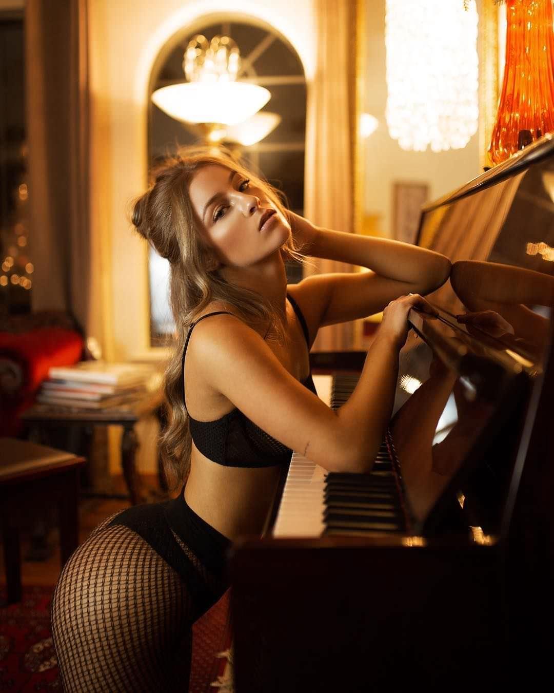 Дейзи Кич фото с роялем