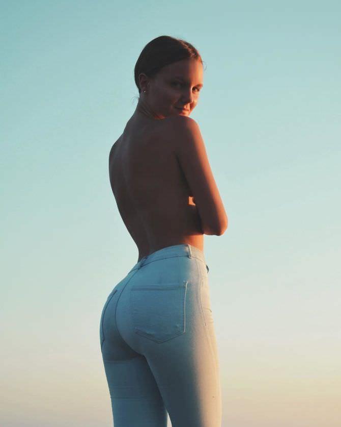Татьяна Мингалимова фото в светлых джинсах