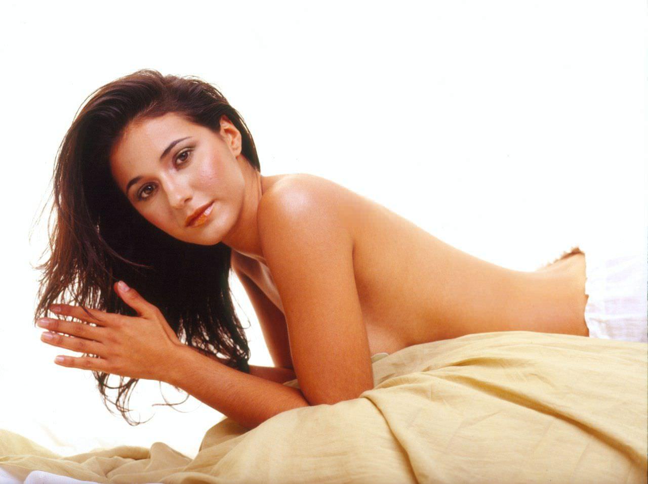 Эммануэль Шрики фото на кровати