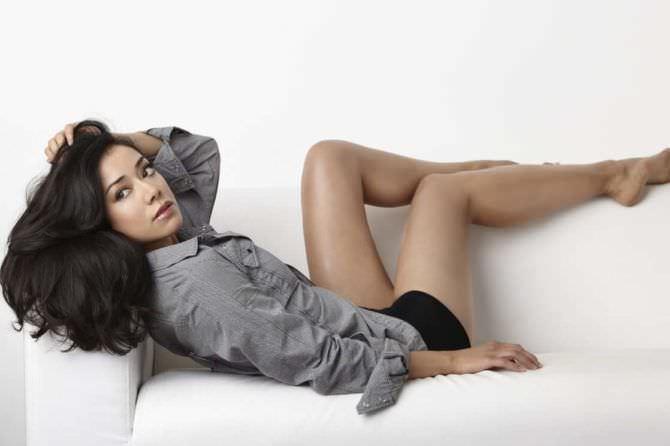 Айми Гарсиа фото на диване